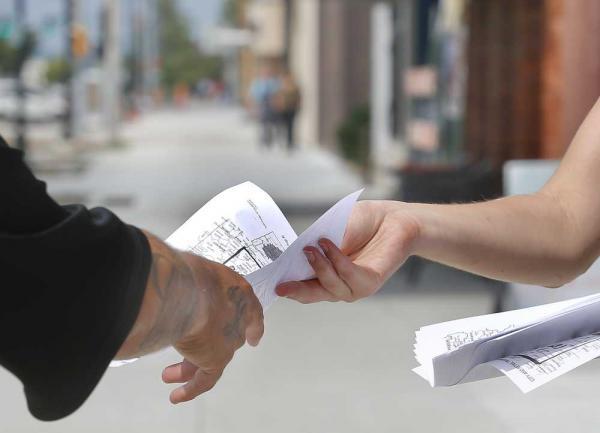 Phát tờ rơi - Cách thu hút khách hàng tiết kiệm