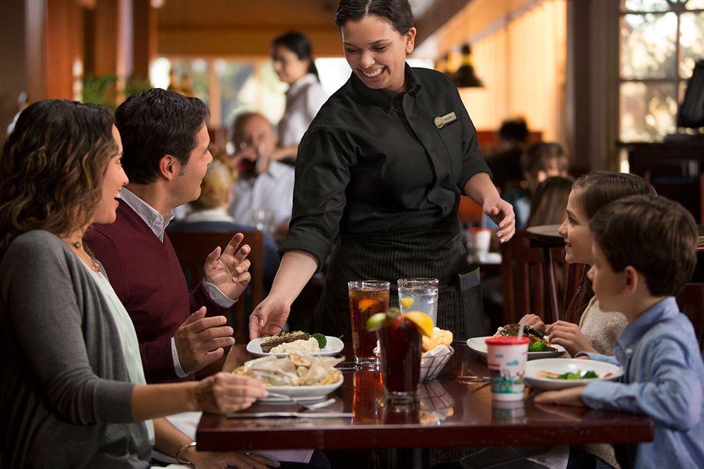 Phục vụ bàn trong ngành F&B là gì?