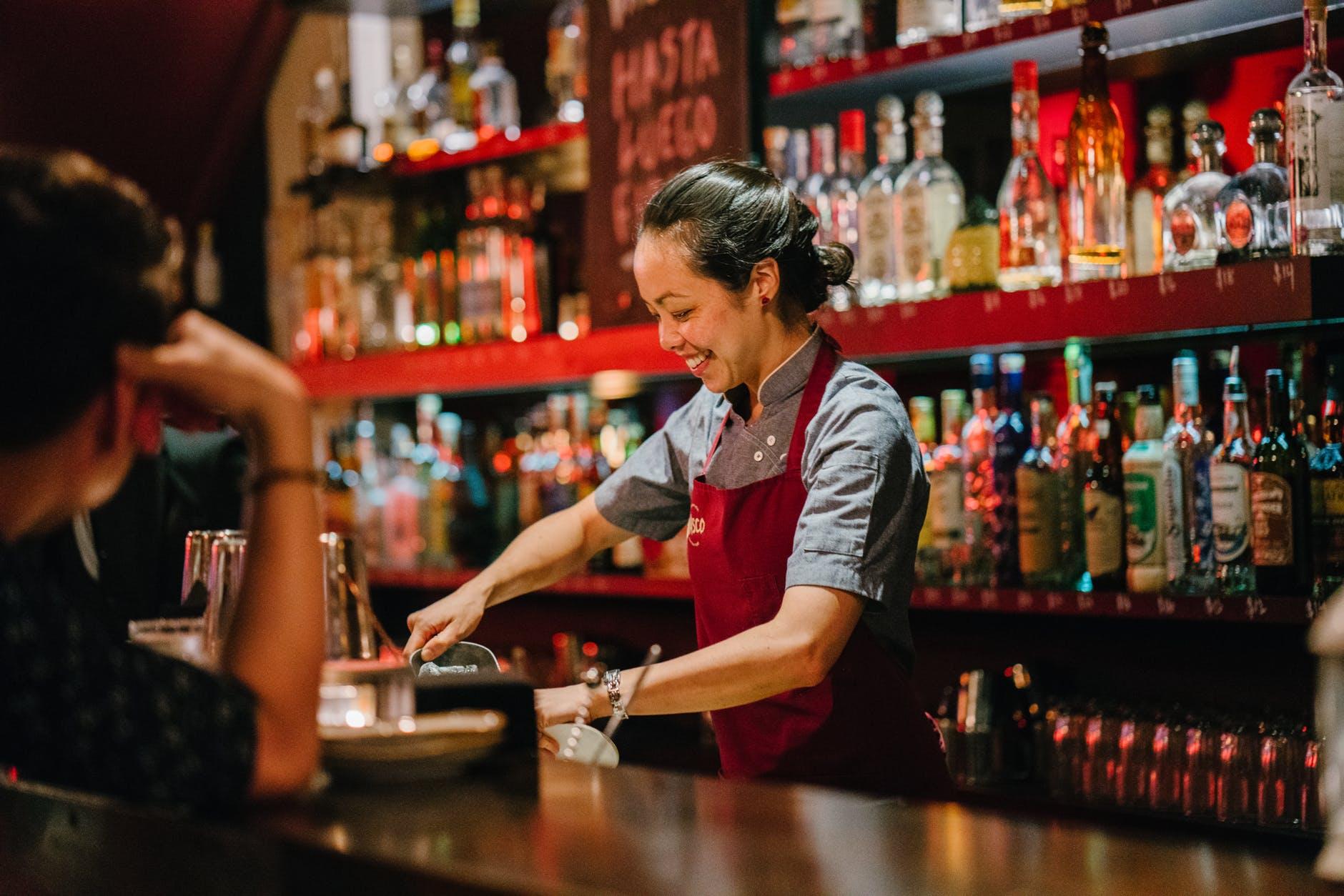 Nhân viên pha chế rượu trong F&B là gì?